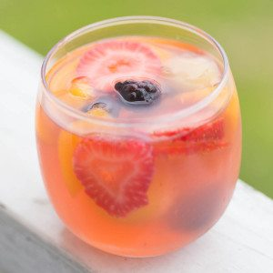 Blackberry Lemonade White Wine Sangria: Looking for an awesome party cocktail that is super light yet packs a punch? Look no further! This Blackberry Lemonade Sangria is loaded with quality booze, fresh fruit, and crisp white wine and can be ready in 10 minutes flat!   www.slimpickinskitchen.com