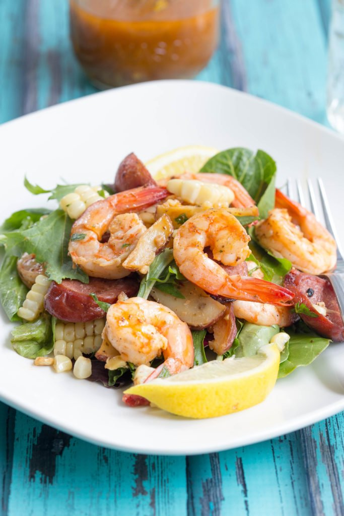 Roasted shrimp on lettuce with a lemon slice
